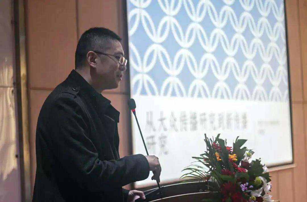 胡正荣,朱春阳,刘海龙,王甫及沙垚与大家近距离交流,悉心回答同学们的图片